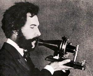 Ο Γρ. Μπελ μιλά στο τηλέφωνο