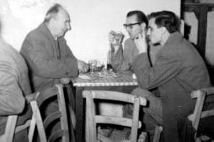 Στη φωτογραφία εικονίζεται ο Δελιαλής αριστερά (από το φωτογραφικό αρχείο του δίτομου έργου «Γεύσεις από Παλιά Κοζάνη»).