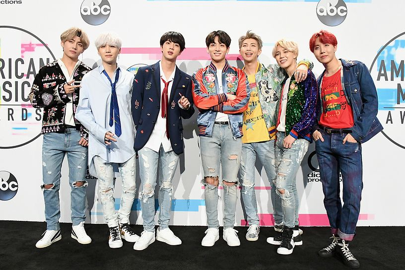 bts-poses-in-the-press-room-during-the-2017-american-music-awards