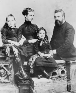 Ο Γραχαμ Μπελ με την οικογ του