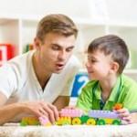 μπαμπάς-με-το-παιχνί-ι-γιων-παι-ιών-του-από-κοινού-47076329